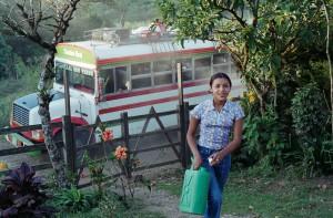 Bus und Mädchen