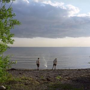 petersburg, jungs werfen stein ins Wasser