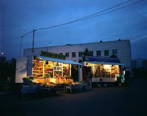 moskau, kiosk bei nacht