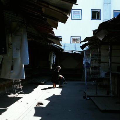 Lesende auf dem Markt in Murmansk, Russland